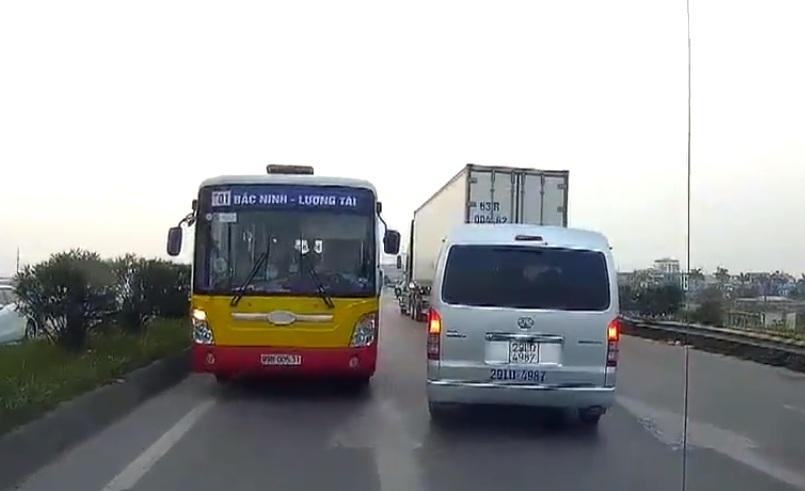 Phạt tiền, tước bằng lái tài xế xe buýt đi ngược chiều trên QL18