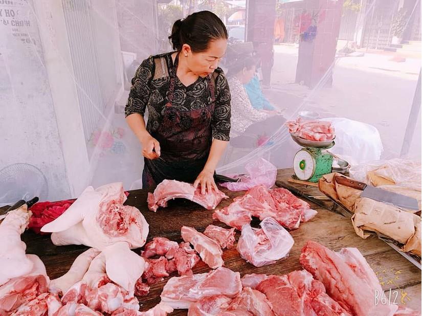Mắc màn bán thịt lợn