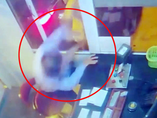 Clip: Tài xế xông vào cabin đánh nhân viên thu phí BOT ở Thái Bình