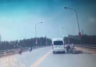 Clip: Dân mạng bức xúc vì hai xe máy va chạm, ô tô bị 'vạ lây'