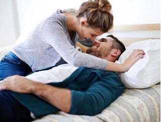 Trót khoe với cô bạn thân về 'phong độ' của chồng, mất luôn vào tay bạn