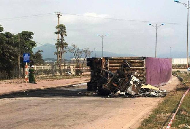 Thanh Hóa: Xe container lật ngang rồi bốc cháy, tài xế và phụ xe tử vong