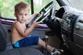 Cậu bé 5 tuổi trộm ô tô rồi lái đi để 'thể hiện' với bạn gái