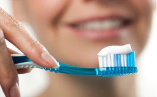 Nhúng kem đánh răng vào nước trước khi đánh răng liệu có tốt hơn: Hãy nghe bác sĩ khuyên