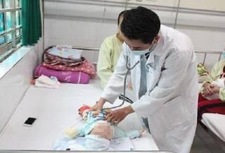 Bé gái 8 tháng tuổi nhập viện khẩn cấp vì gia đình pha thuốc không đúng cách khi bị tiêu chảy
