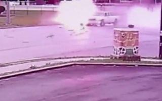 Chạy trốn cảnh sát, ô tô nổ tung sau cú đâm kinh hoàng