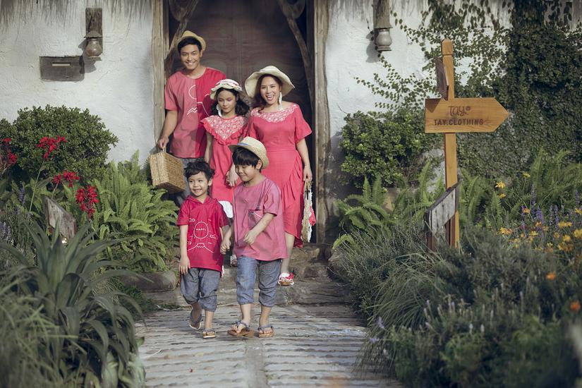 Sau Xuân Bắc đến lượt  cả gia đình Phan Anh làm người mẫu