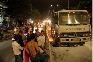 Xe tải cuốn xe máy vào gầm rồi bốc cháy, hai vợ chồng thương vong