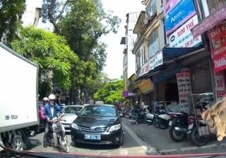 Clip xe biển xanh lấn làn đường ngược chiều ở Hà Nội gây bức xúc dư luận