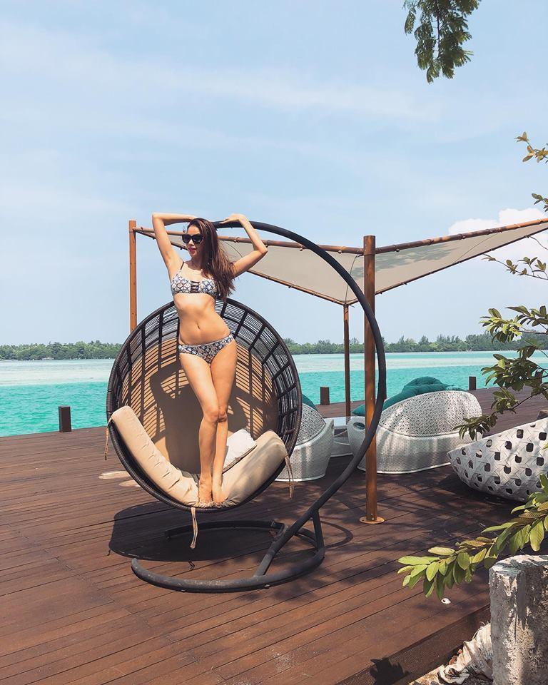 Phạm Hương gây sốt với bikini 2 mảnh