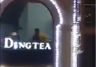 Clip cặp đôi thản nhiên mây mưa trên cầu thang của quán trà sữa Ding Tea