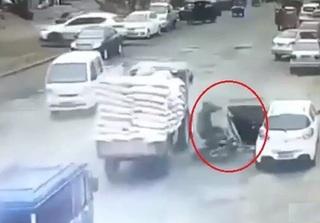 Clip: Mở cửa ô tô vô ý khiến người đàn ông đi xe máy bị ô tô tải cán ngang người