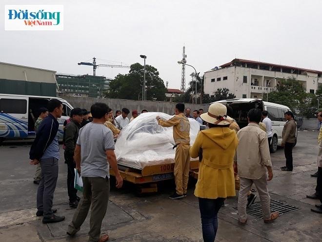 Không ai bảo ai mỗi người một việc đưa áo quan của Hòa lên xe để về quê nhà tại Quảng Bình