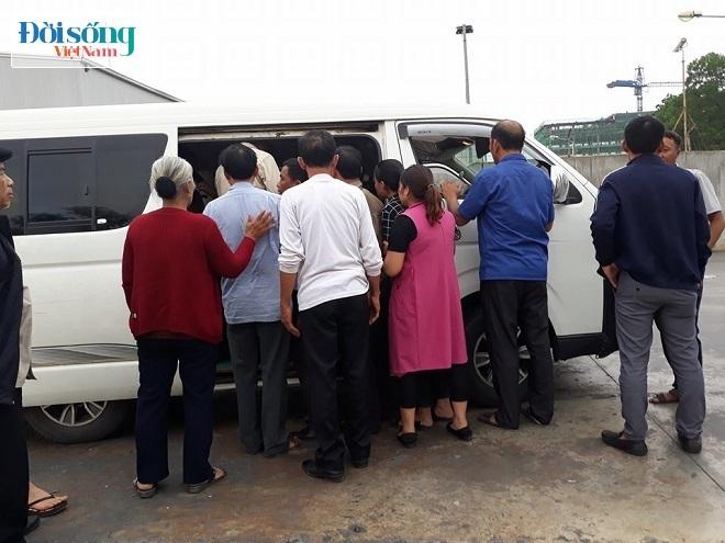 Những người thân trong gia đình nhìn áo quan của Hòa để lên xe khác về quê