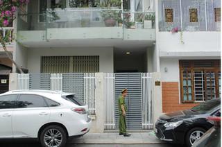 Cán bộ Công an, Viện kiểm sát có mặt tại nhà nguyên Chủ tịch UBND TP.Đà Nẵng Văn Hữu Chiến