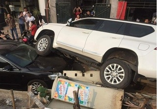 Hà Nội: Ô tô Toyota Prado mất lái đè lên xe Camry đỗ bên vệ đường