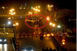 Xế hộp gây tai nạn, tông nát xe máy trên cầu vượt Thái Hà