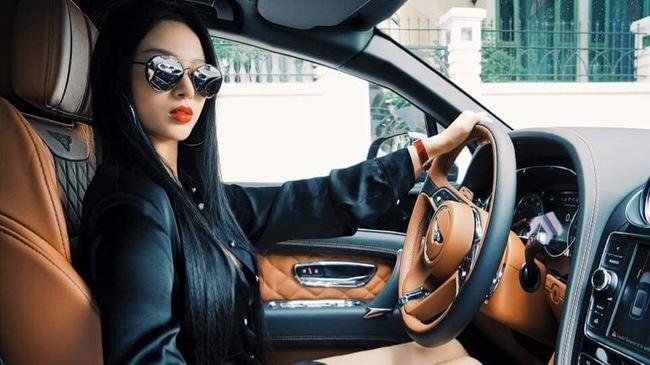 Hot girl xinh đẹp trên chiếc SUV sang Bentley Bentayga 21 tỷ 4