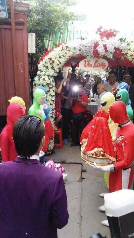 Đám cưới với đội siêu nhân bê tráp gây xôn xao các diễn đàn3