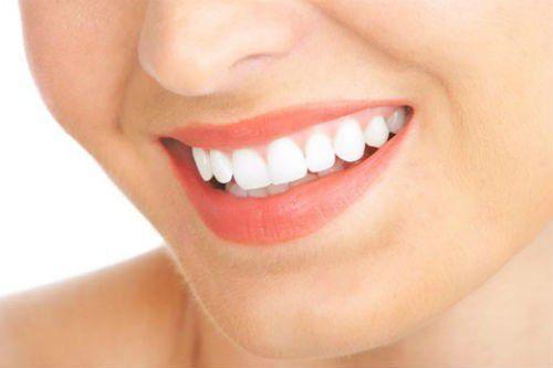 Cách làm răng trắng bóng đến bất ngờ bằng vỏ chuối chín2