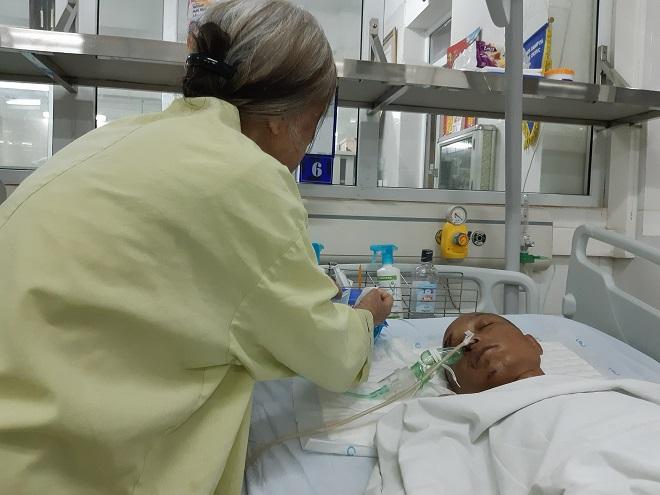 Bà Lan chưa đêm nào chợp mắt bà lo sợ những ngày tiếp theo không có tiền đóng viện phí cho con
