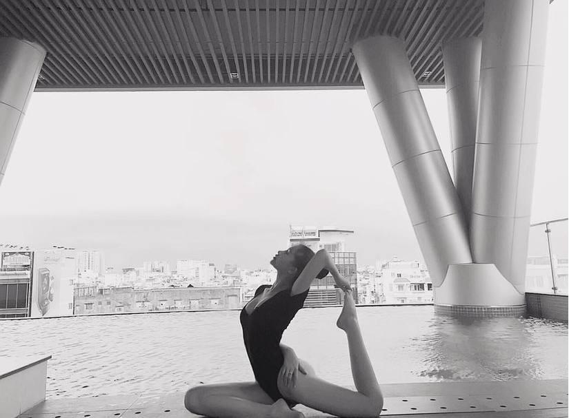 Ngân Anh bình thản đăng ảnh tập yoga giữa tâm bão bị cấm thi quốc tế