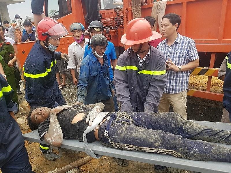 Sập giàn giáo cây xăng nhiều công nhân bị vùi trong đống đổ nát