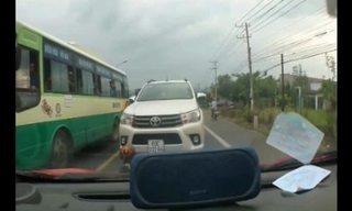 Chạy ngược chiều bị tài xế ôtô chặn đầu, kiên quyết không nhường đường