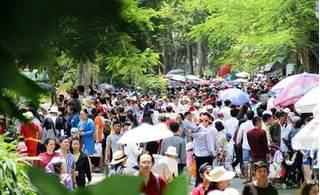 Biển người đổ về các khu vui chơi tại Hà Nội và TP HCM dịp nghỉ lễ 30/4 – 1/5