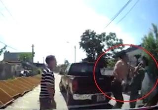 Clip: Chủ xe bán tải đấm gục người đi đường vì bị nhắc nhở đỗ sai