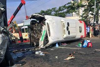Xe khách và xe tải đấu đầu kinh hoàng, 10 người thương vong