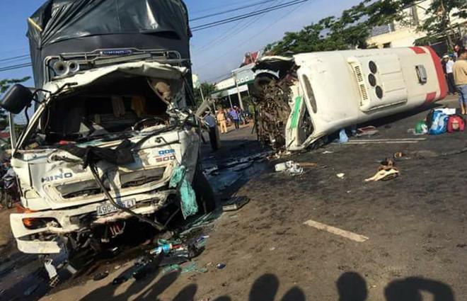 cú đấu đầu thảm khốc giữa xe khách và xe tải