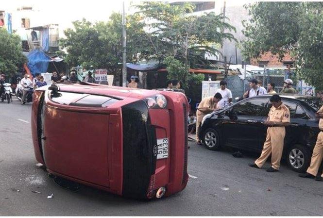 Ô tô do thiếu niên 17 tuổi lái gây tai nạn rồi lật nhào