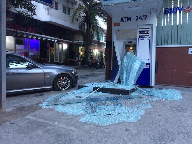 Xế hộp tông vỡ kính méo trụ ATM của BIDV ở Sài Gòn rồi bỏ chạy