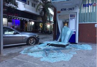 Xế hộp tông vỡ kính, méo trụ ATM của BIDV ở Sài Gòn rồi bỏ chạy