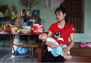 Chồng mất vì tai nạn giao thông, vợ trẻ 'oằn mình' nuôi con bại não, mù lòa