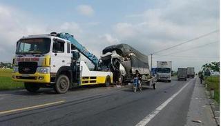 Nghệ An: Tài xế buồn ngủ lái xe tải đâm vào đuôi container, 2 người bị thương nặng