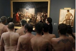 160 người khỏa thân vào xem triển lãm trong bảo tàng