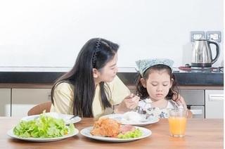 Chuyên gia dinh dưỡng 'kể tội bố mẹ' khiến trẻ lười ăn