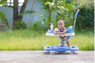 Cha mẹ đua nhau mua xe tập đi cho trẻ, bác sỹ cảnh báo có thể khiến cơ chân không phát triển