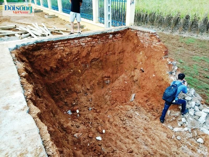 Sân vận động xã Đông Phong rút ruột công trình