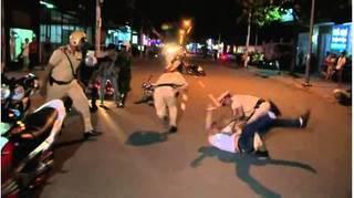 Hai chiến sĩ công an bị nhóm thanh niên say xỉn đánh nhập viện