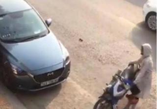 Nghi chồng ngoại tình, vợ lôi tình địch vào xe ô tô đánh ghen