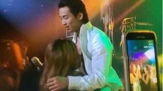 Clip ca sĩ Đan Nguyên bị fan quá khích lột đồ sàm sỡ ngay trên sân khấu