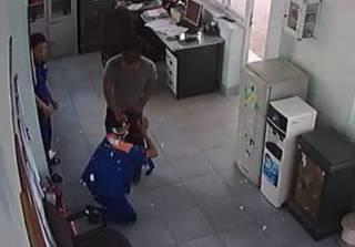 Vụ nhân viên cây xăng bị đánh: Hành hung người ngay trước mặt công an
