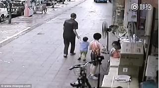 Clip: Bắt cóc trẻ em ngang nhiên giữa ban ngày chỉ bằng hành động đơn giản