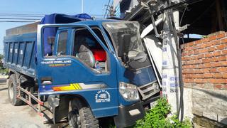 Quảng Nam: Xe du lịch tông chạm xe tải, nhiều người bị thương nặng