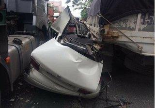 Hải Phòng: Xe biển xanh kẹt giữa container và xe tải sau vụ tai nạn