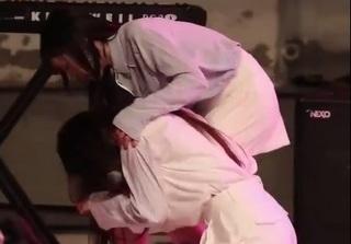 Lovelyz Jisoo gục ngã trên sân khấu vì kiệt sức