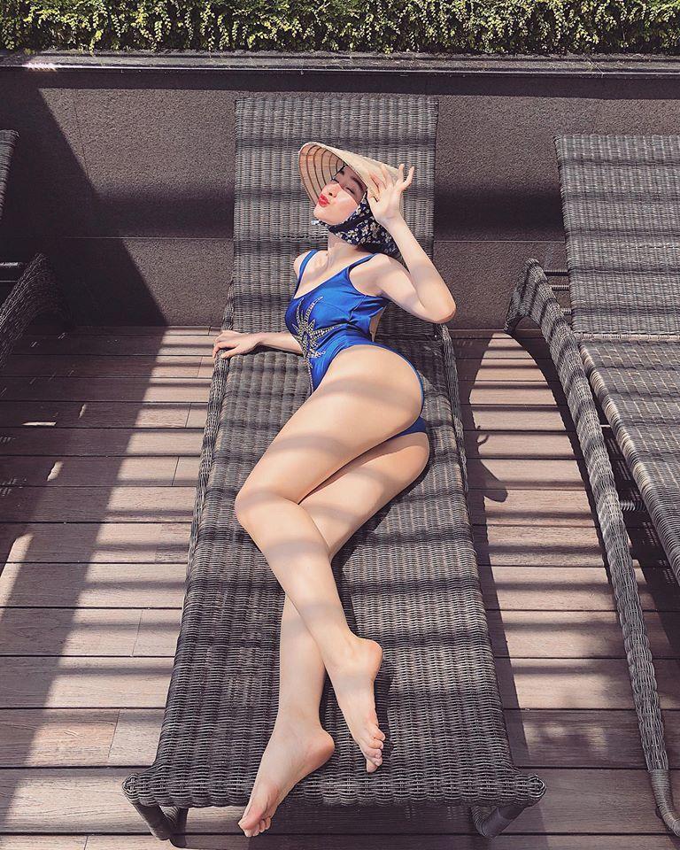 Angela Phương Trinh mặc bikini đội nón lá khoe 3 vòng đón hè